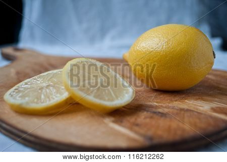 Whole lemon and slices