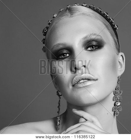 Woman With Blond Hair And Smokey Eyes Makeup,with Bijou And Headband