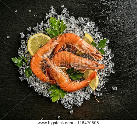 Cooked prawns served on black stone
