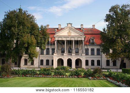 Kozlowka Palace front view