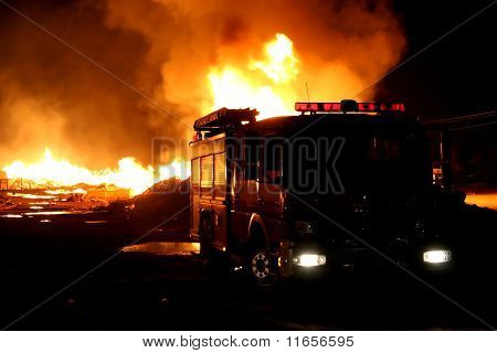 Caminhão de bombeiros e fogo