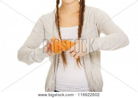 Young woman squeezing a sponge.