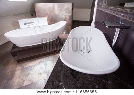 Designed Washbasin And Bathtub
