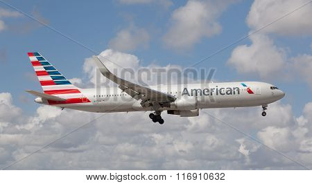 Boeing 767 American Airline approaching the Miami International Airport.