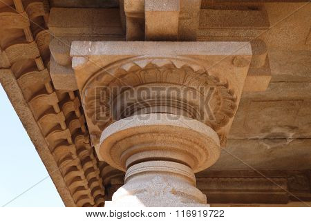 the top part of columns in the Hindu temple