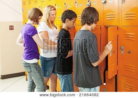 Adolescentes en sus casilleros entre clases en la escuela.