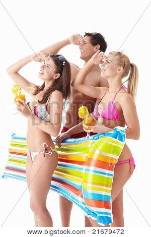 Junge Menschen suchen in der Ferne mit einem Cocktail auf weißem Hintergrund