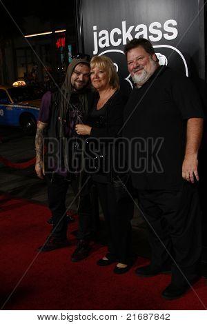 LOS ANGELES - 10 de abril: Bam Margera, April Margera, Phil Margera na estréia Jackass 3D realizada no Gr
