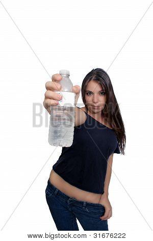 Hübsche Brünette mit Mineralwasser