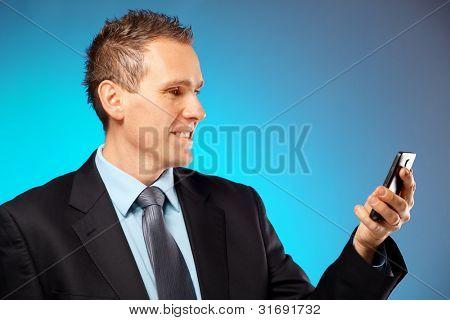 Homem de negócios usando seu telefone celular com câmera