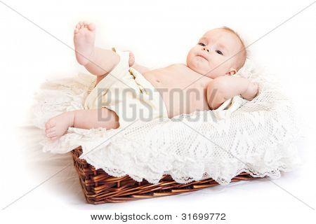 Retrato de menina bonitinha na cesta
