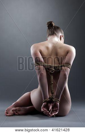 Mulher nua posando com shibari no studio