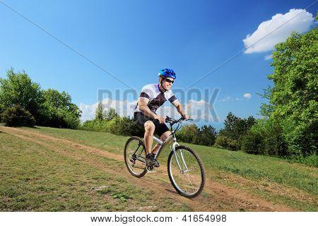 Pessoa andando de bicicleta em uma área não-urbana
