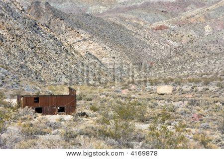 Edifício enferrujado no deserto