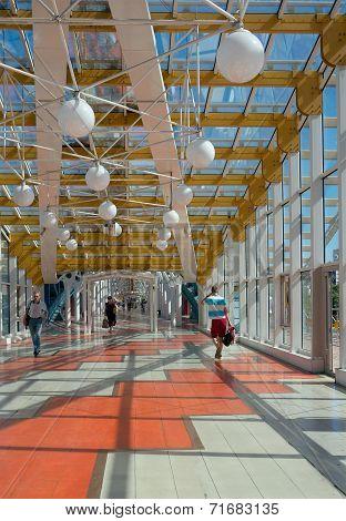 Bogdan Khmelnitsky (kievsky) Pedestrian Bridge (2001), Inside