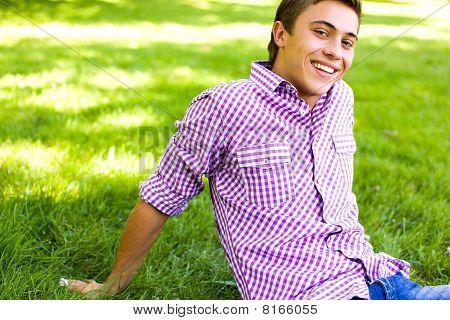 Hombre sentado en el césped en el Parque