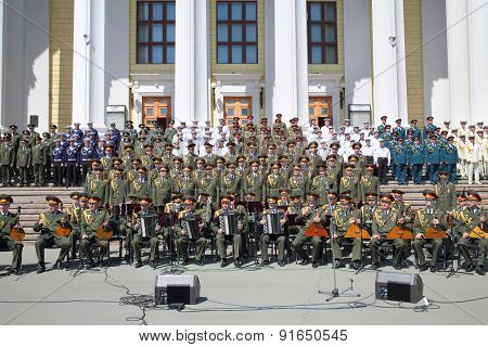 MOSCOW - MAY 20, 2014: Combined military choir on the steps of the Theatre of the Russian Army during the review competition song and dance ensemble of the Russian Federation Armed Forces