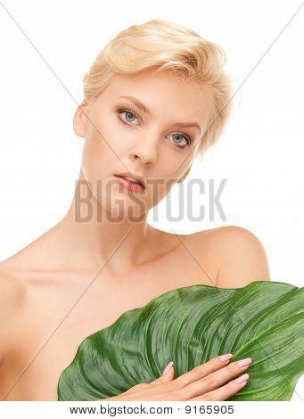Frau mit grünen Blatt