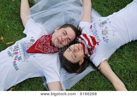 Pareja soñando en la hierba
