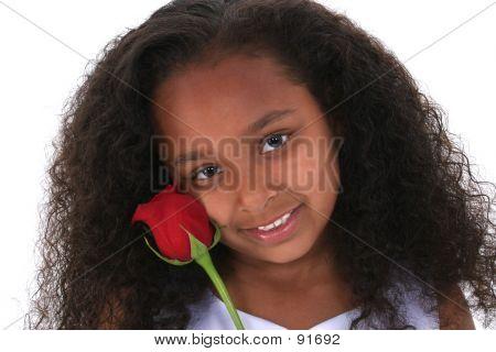 Schöne sechs Jahre altes Mädchen mit roter Rose über weiß