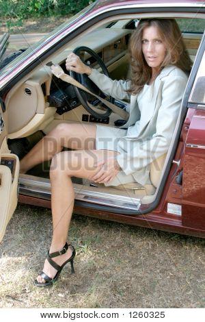 Mujer de negocios sexy salir de coche 1