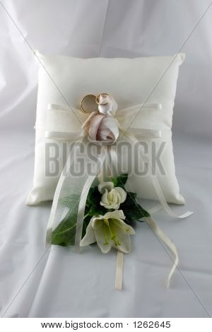 Boutonnier And Pillow With Rings