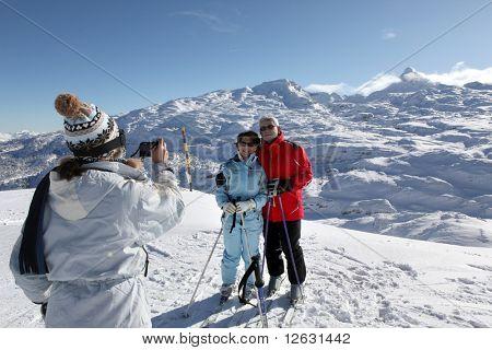 Senior hombre y mujeres fotografiadas en la nieve