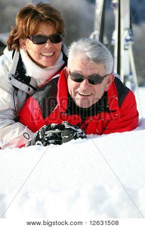 Retrato de un hombre mayor y una mujer mayor se puso en la nieve