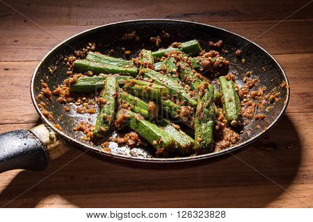 bhindi masala or bhendi masala or ladies finger masala / curry in fry pan