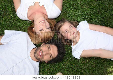 Familia depositados en hierba en verano