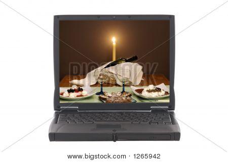 Ordenador portátil con invitación cena romántica en pantalla
