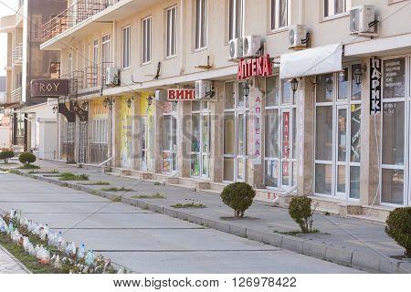 Vityazevo, Russia - April 2, 2016: Bezlyudnaya Seaside Street With Closed Shops And Pavilions In Vit