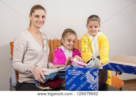 Volgograd, Russia - February 24, 2016: Mother And Two Daughters Collect Things In The Original Russi