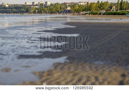 Water comes after several hours of absence. The tide and low tide on the Sea of Azov Taganrog Bay