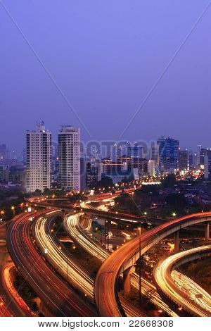 Noite paisagem urbana com vários viadutos
