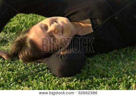 Mujer tendida en el césped