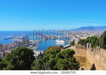 MALAGA, España - 14 de marzo: Vista aérea del puerto de la ciudad de Castillo de Gibralfaro el 14 de marzo, 20