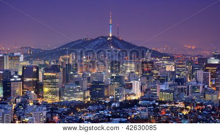 Centrum skyline van Seoel, Zuid-Korea met Seoul Tower.