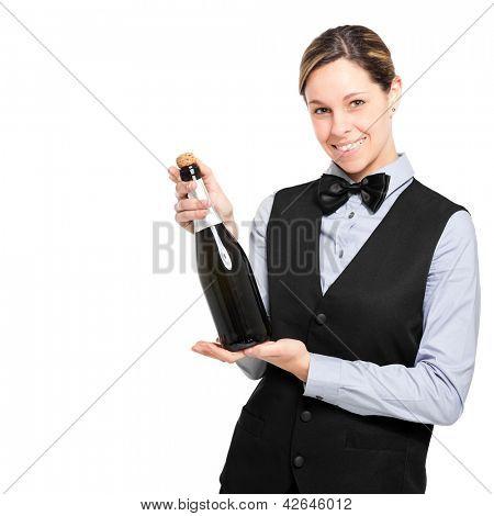 Camarera sosteniendo una botella de champagne, aislado en blanco