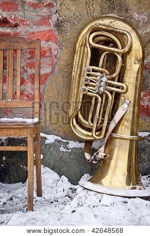 Vieja silla y Tuba al aire libre