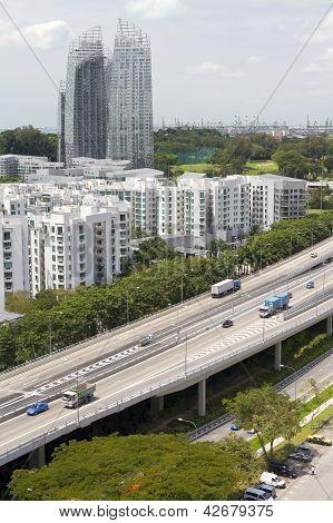Horizonte e tráfego da estrada, na cidade de Singapura