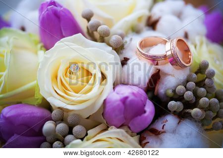 two beautiful golden rings on the wedding boquet
