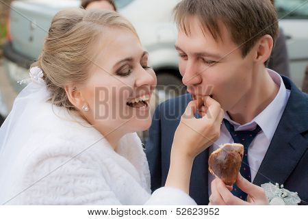 Bride feeds her groom with karavai