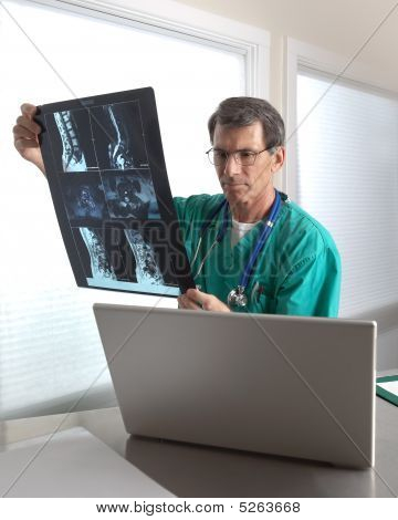 Doctor revisando Mri paciente explora