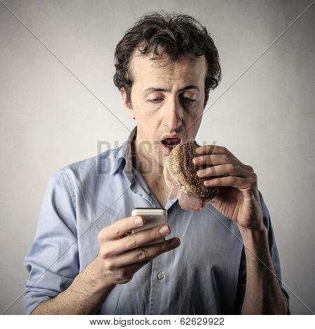 eating with smartphone