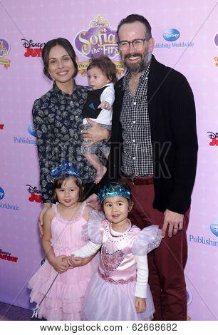 LOS ANGELES - NOV 09:  Jason Lee & Family Yvonne arrives to the