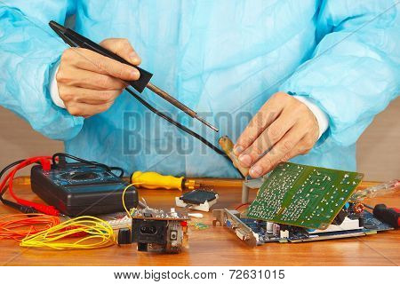 Master solder electronic hardware in service workshop