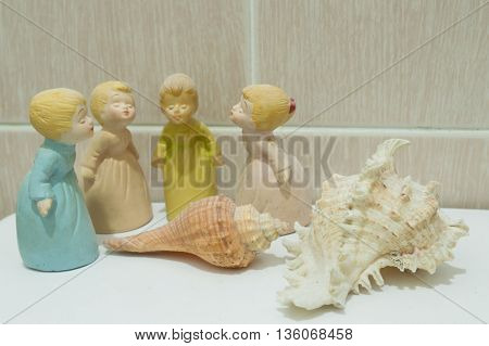 4 Princess dolls and 2 shell on floor white