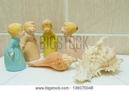 4 Princess dolls and 2 shell on the floor White