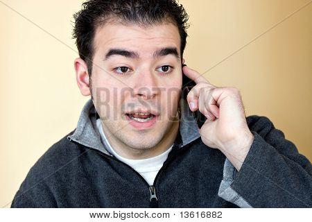 Hombre hablando por su teléfono celular